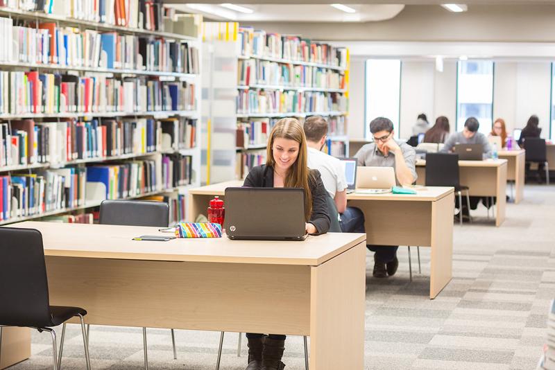 salle d'études à la bibliothèque