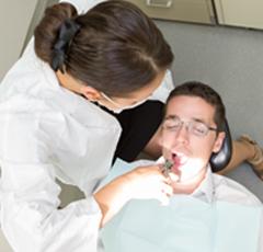 un résident de la clinique de dentisterie multidisciplinaire