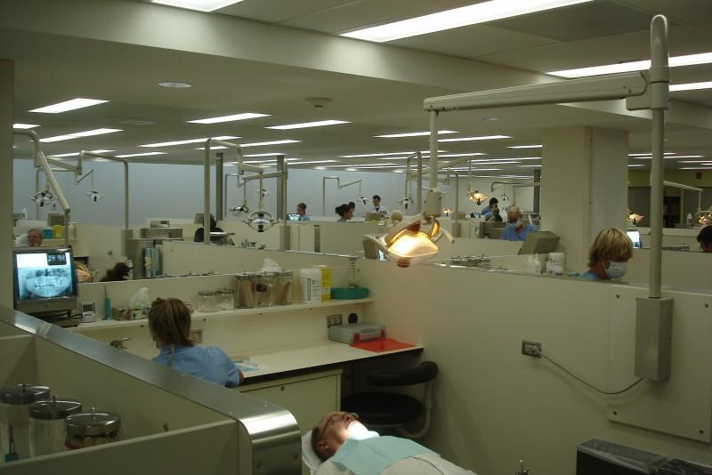 la clinique des étudiants du premier cycle peut recevoir jusqu'à une centaine de patients en même temps!