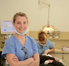 étudiante-dentiste en clinique