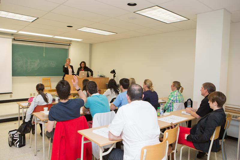 une salle de classe et un petit groupe