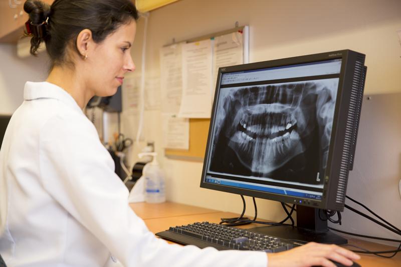 un professeur consulte une radiographie