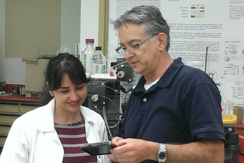 L'étudiante au doctorat Amel Ben Lagha et le professeur Daniel Grenier