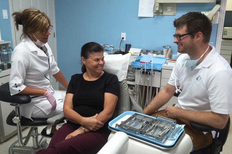 Dr Morin avec une assistante dentaire et une patiente
