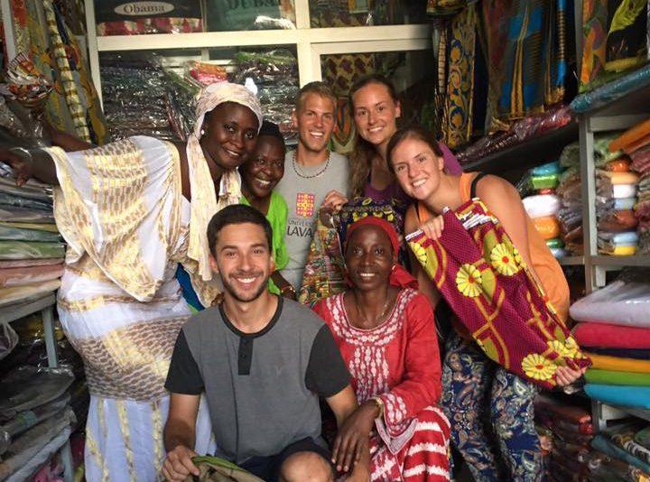les stagiaire de Dakar dans un marché de tissus