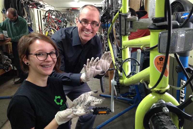 les gants sont utilisés pour l'entretien de vélos