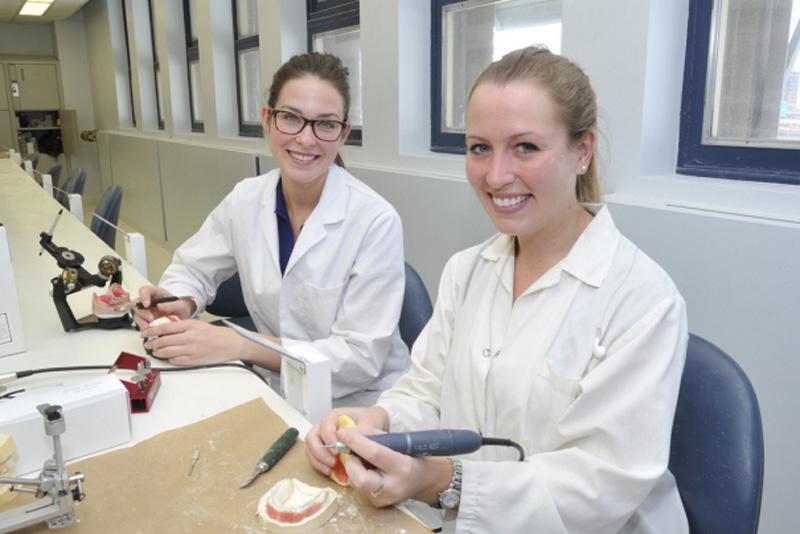 étudiantes au laboratoire dentaire