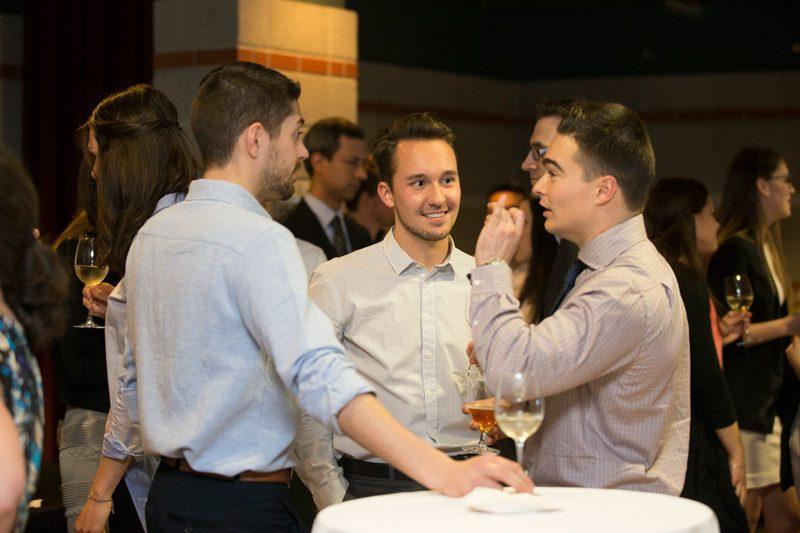 étudiants discutant au cocktail