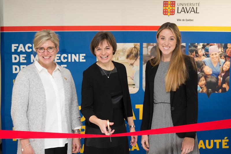 la doyenne entourée de la vice-rectrice adjointe, Caroline Sénécal, et de la présidente de l'Association étudiante, Élyssa-Maude Dionne
