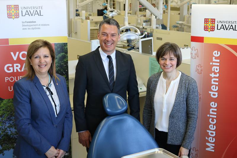 Nadja Rioux, de la Fondation de l'Université Laval, Jean-François Carmichael, d'Henry Schein, et la doyenne Dre Cathia Bergeron
