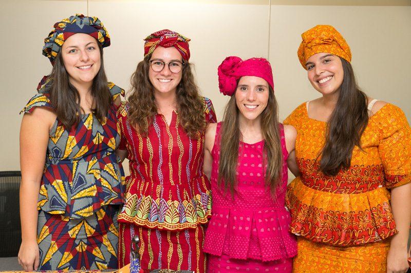 stagiares qui portent des costumes traditionnels du Sénégal