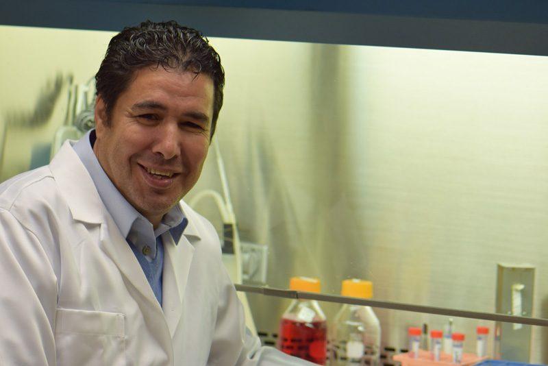 le professeur Semlali dans son laboratoire
